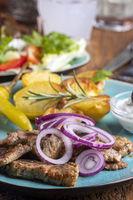 griechischer Gyros mit Salat und Ouzo