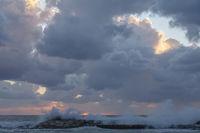Sonnenuntergang und aufgewühltes Meer, Zypern