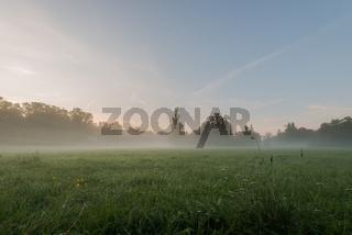 Park an der Ilm in Weimar im Herbst am Morgen mit Nebel