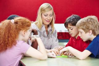 Schüler spielen mit Lehrer