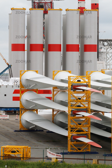 Rotor blades and mast for huge wind turbines in harbour