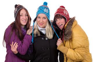 Gruppe von jungen Frauen im Winter mit Mütze, Schal und Handschuhen