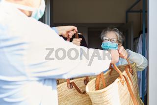 Lebensmittel liefern für Senioren in Quarantäne