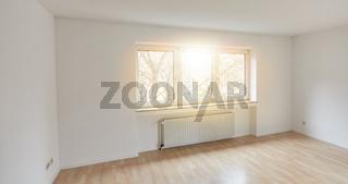 Großes helles Zimmer als leerer Raum in sonniger Wohnung
