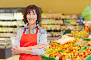 Ältere Verkäuferin im Supermarkt