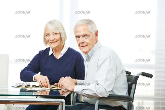Paar Senioren spielt Brettspiel