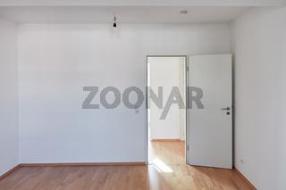 Tür und Wand im leeren Raum mit Hartholz Parkett