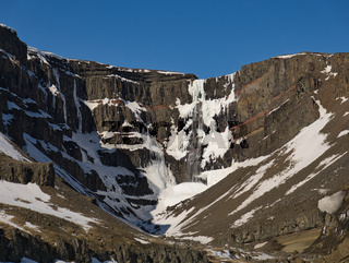 Der Hengifoss Wasserfall in Island mit Schnee