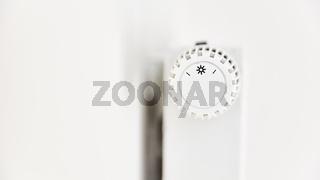 Thermostat und Temperaturregler an Heizung mit Heizkörper