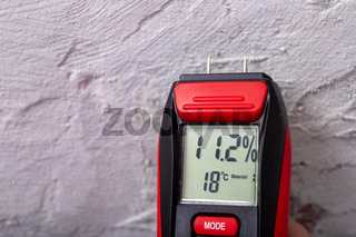 Plaster moisture measurement using an electronic meter. Measurements in the home workshop.