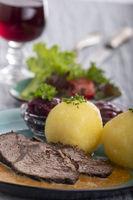 deutsche Sauerbraten auf einem Teller mit Knödeln