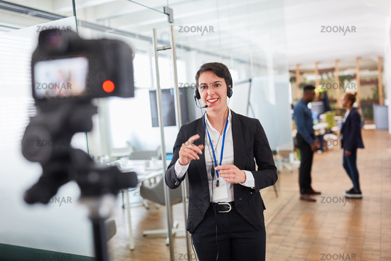 Business Frau als live Reporter vor der Video Kamera