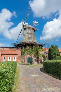 Windmühle Pewsum an der niedersächsische Mühlenstraße, Niedersachsen, Deutschland