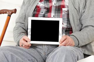 Tablet Computer bei einem Senioren