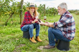 Winzer Paar trinkt ein Glas Rotwein zusammen