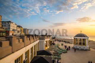 Die Strandpromenade von Borkum im Abendlicht