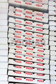 Hoher Stapel Pizzaverpackungen