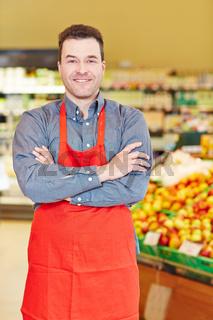 Lächelnder Verkäufer im Supermarkt