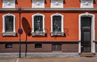Die Lampe vor der Hausfassade