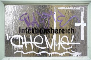 Infektionsbereich, Glasscheibe mit Graffiti 'CHeMIe'