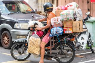 Typisch überladenes Motorrad in George Town, Malaysia