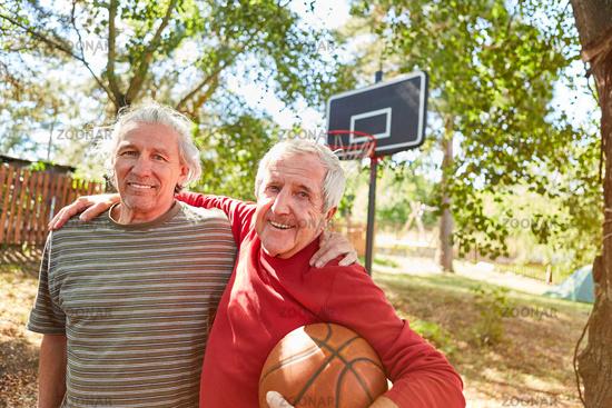 Zwei vitale Senioren beim Basketball spielen