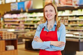 Junge Verkäuferin im Supermarkt