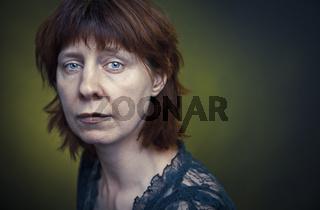 Enttäuschte Frau mit traurigem Blick