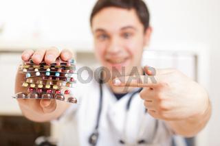 Arzt zeigt auf Medikamente