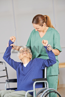 Alte Frau macht Krankengymnastik im Pflegeheim