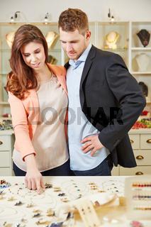 Paar beim Shoping beim Juwelier
