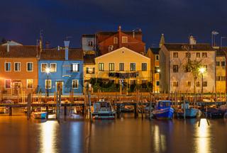 Bunte Haeuser in Burano, Venedig bei Nacht