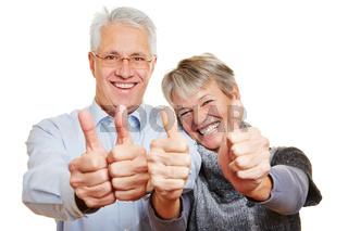 Zwei Rentner halten Daumen hoch