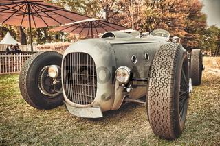 Schnelle Autos, wie dieser Oldtimer-Rennwagen, ziehen die Menschen immer wieder in ihren Bann