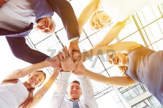 Gruppe Geschäftsleute stapelt die Hände