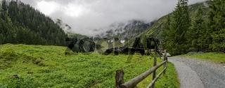 Weg ins Felbertal zum Hintersee in der Kernzone des Nationalparks 'Hohe Tauern' in Salzburg