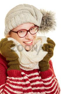 Lächelnde Frau im Winter mit Mütze