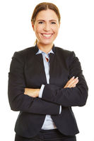 Lächelnde Geschäftsfrau mit verschränkten Armen