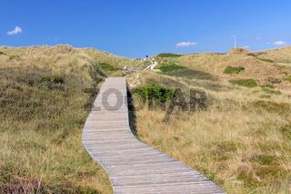 Bohlenweg durch Dünenlandschaft auf Sylt