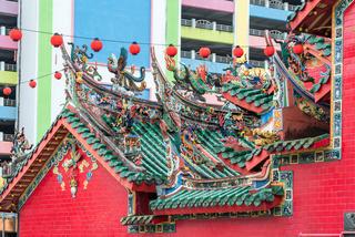 Aufwendige Drachen auf den Dächern des Hong-San-Si-Tempels in Kuching