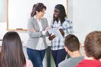 Lehrer im Unterricht mit Schüler