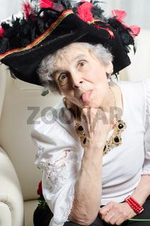 alte Frau streckt die Zunge raus