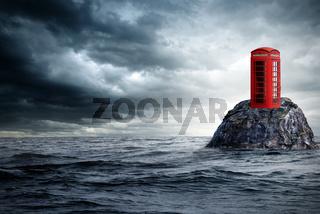 rote Telefonzelle einsam im Ozean