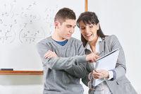 Schüler und Lehrerin in Schule