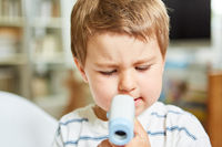 Kinderarzt beim Fieber messen bei Kind