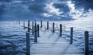 Brücke über den Wolken