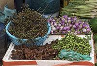 Lokale Früchte und Gemüse an einem Stand auf dem Phosi Markt