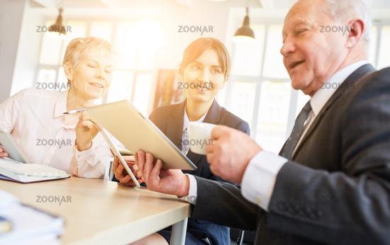 Business Meeting mit Tablet Computer im Büro