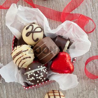 Verschiedene Pralinen und Schokoladen