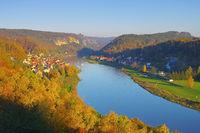 Elbsandsteingebirge Elbe mit Schiff  von der Wilkeaussicht - Elbe sandstone mountains, river Elbe and ship with town Wehlen